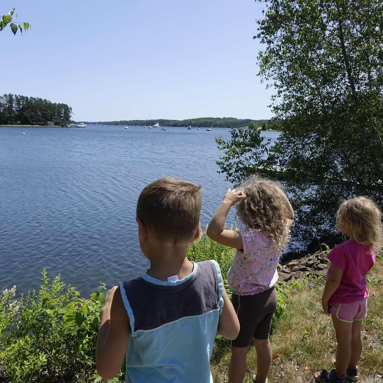 3 Kinder schauen aufs Meer