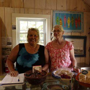 Catherine und Laurelle hinter dem Verkaufsregal vom Sunnybrook Mill Market