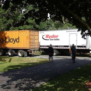 Container und LKW auf der Straße