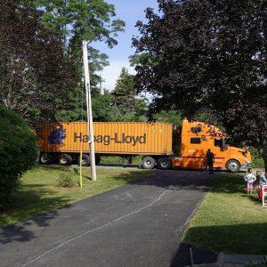 Truck mit Container steht auf der Straße
