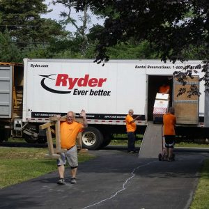 eine Umzugsfirma entläd einen LKW
