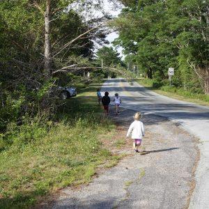 4 kinder rennen an der Straße wieder nach Hause
