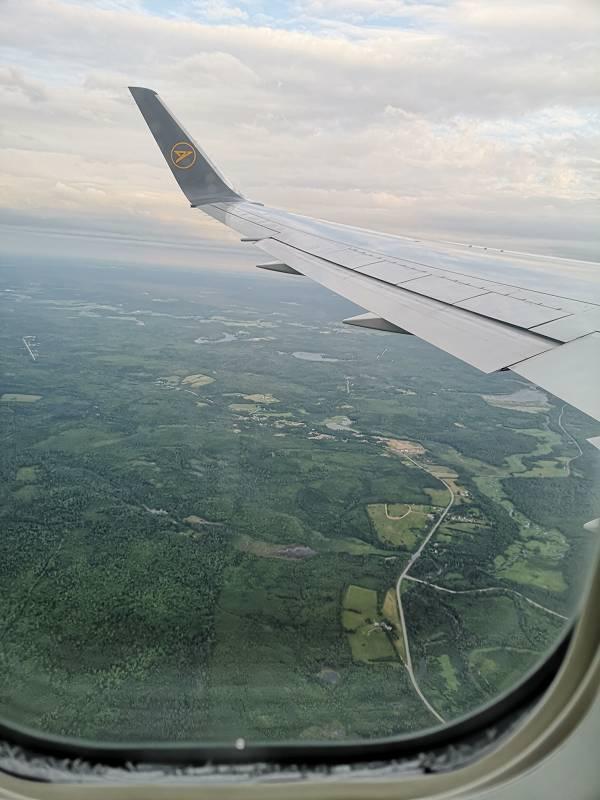 Sicht aus dem Fenster eines Flugzeugs beim Landeanflug in Halifax / Canada