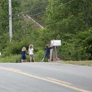 drei Kinder stehen vor der Mail Box