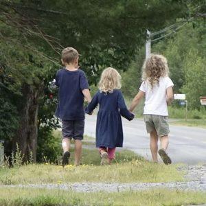 drei Kinder laufen Hand in Hand in der Hermans Island Road
