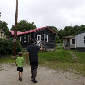 mann und Kind laufen zu de Gebäuden der South Shore Waldorfschule