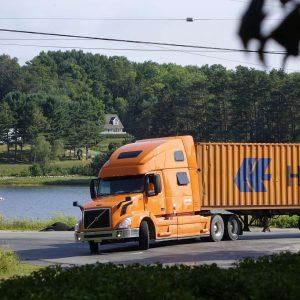 Truck mit Container kommt