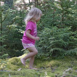Mädchen läuft durch den Wald
