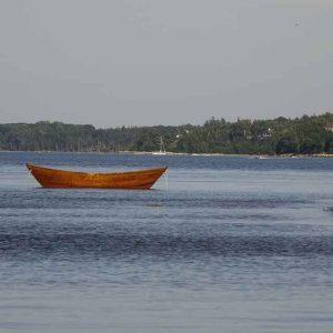 braunes Holzboot auf dem Meer