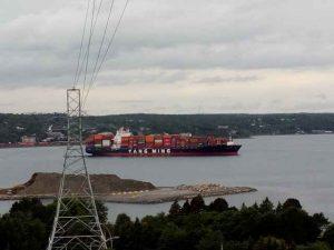 ein großes Containerschiff ist auf dem Meer
