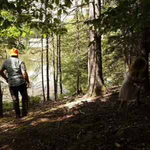 Mann und Mädchen sind im Wald