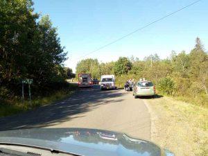 Feuerwehr und Rettungswagen Auto, Motorräder und viele Menschen auf der Straße