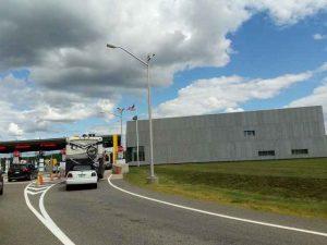 Grenzübergang USA, großes graues Gebäude mit Kontrollhäuschen