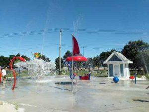 Wasserbehälter macht Dusche für die Besucher des Wasserspielplatzes in Saint John
