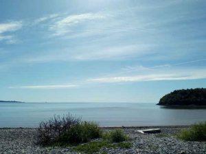 sonniges Meerbild mit blauem Himmel und einigen schönen Wolken